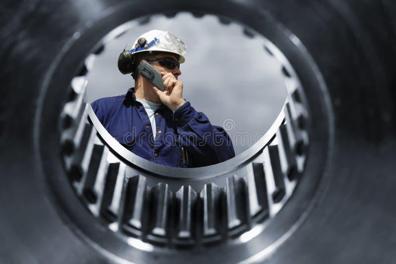Mechanicy i gigantyczna cogwheels maszyneria obrazy royalty free