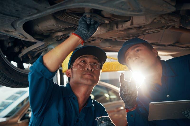 Mechanicy pracuje w garażu obraz royalty free