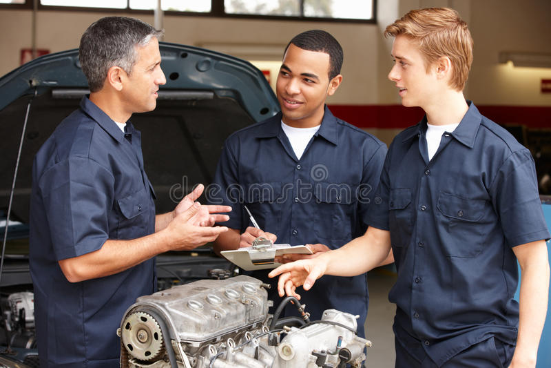Mechanicy przy pracą zdjęcia stock