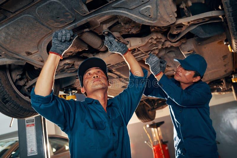 Mechanicy załatwia samochód zdjęcie royalty free