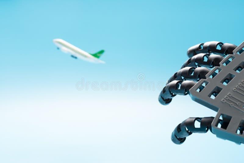 Mechanicznego ręki dojechania samolotu latający pojęcie AI kontroluje loty zdjęcie stock