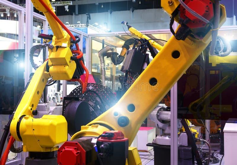Mechanicznej ręki maszynowy narzędzie przy przemysłową manufaktury fabryką Linia produkcyjna roślina głębia pole obrazy stock