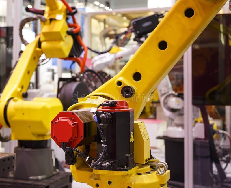 Mechanicznej ręki maszynowy narzędzie przy przemysłową manufaktury fabryką, plamy pola zakończenie głębia zdjęcie stock