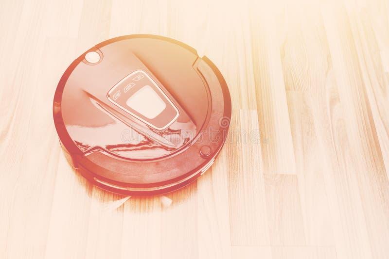 Mechaniczny próżniowy cleaner na drewnianej parkietowej podłoga, Mądrze próżnia, nowa obraz stock