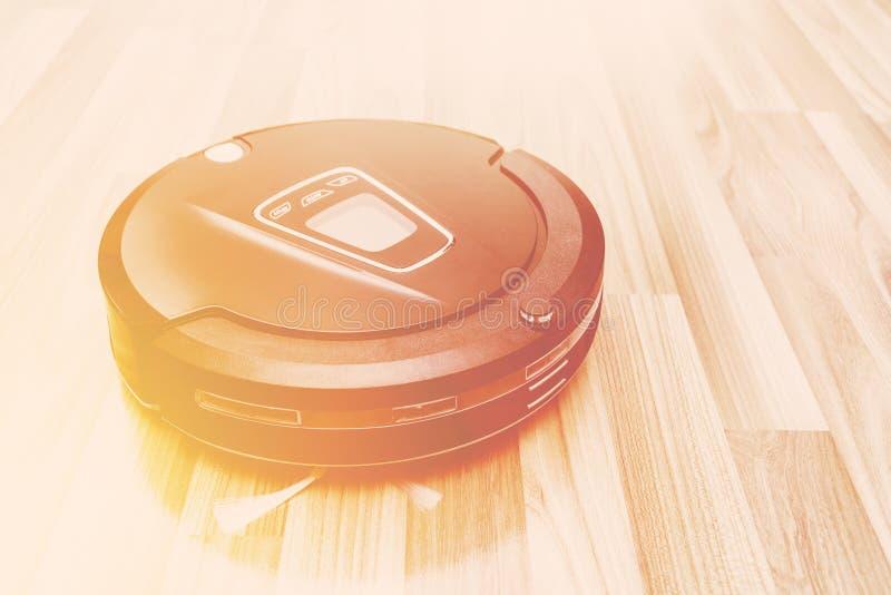 Mechaniczny próżniowy cleaner na drewnianej parkietowej podłoga, Mądrze próżnia, nowa fotografia stock