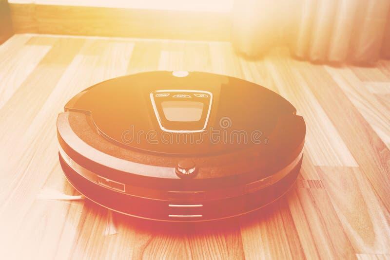 Mechaniczny próżniowy cleaner na drewnianej parkietowej podłoga, Mądrze próżnia, nowa zdjęcie stock