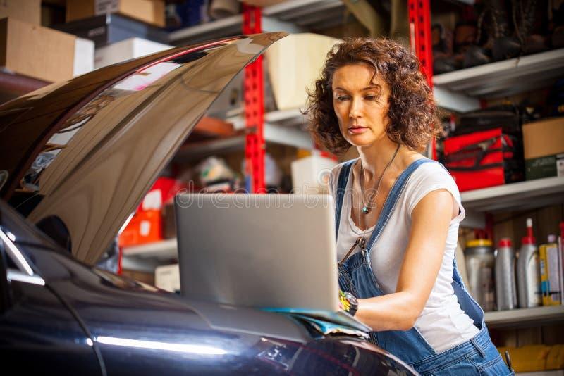 Mechanik diagnozuje samochodowego silnika pracy zdjęcia stock