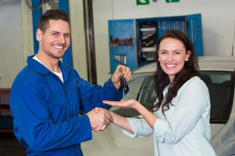 Mechanik i klient ono uśmiecha się przy kamerą zdjęcie royalty free
