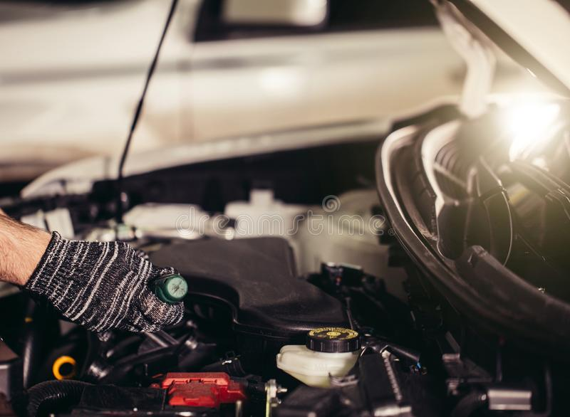 Mechanik jego remontowy sklep stoi blisko samochodu Zakończenie silnik zdjęcia stock