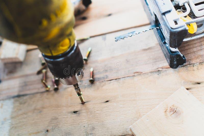 Mechanik mężczyzna, używa świder musztrować drewno w robot budowlany obrazy stock