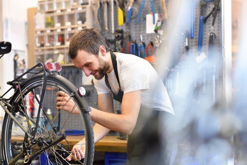 Mechanik oliwi łańcuch rower w rowerowym remontowym sklepie zdjęcie stock