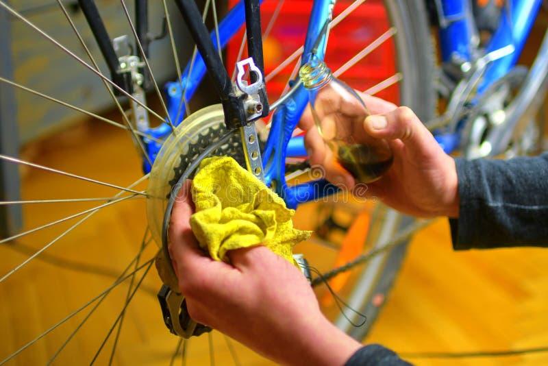 Mechanik oliwi łańcuch rower w rowerowym remontowym sklepie Obsługuje utrzymywać jego bicykl dla nowego jeżdżenie sezonu zdjęcia stock