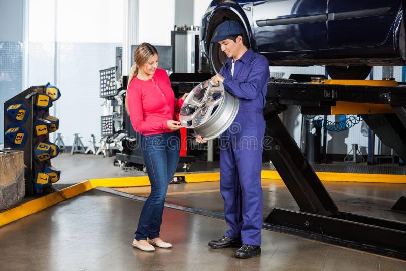 Mechanik Pokazuje aliaż klient zdjęcia stock