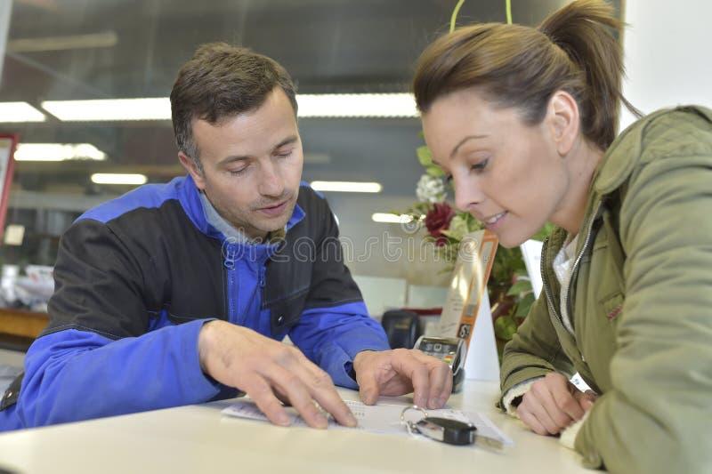 Mechanik pokazuje rachunek klient obrazy royalty free