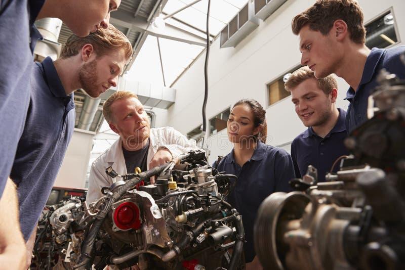 Mechanik pokazuje silniki aplikanci, niski kąt obrazy royalty free