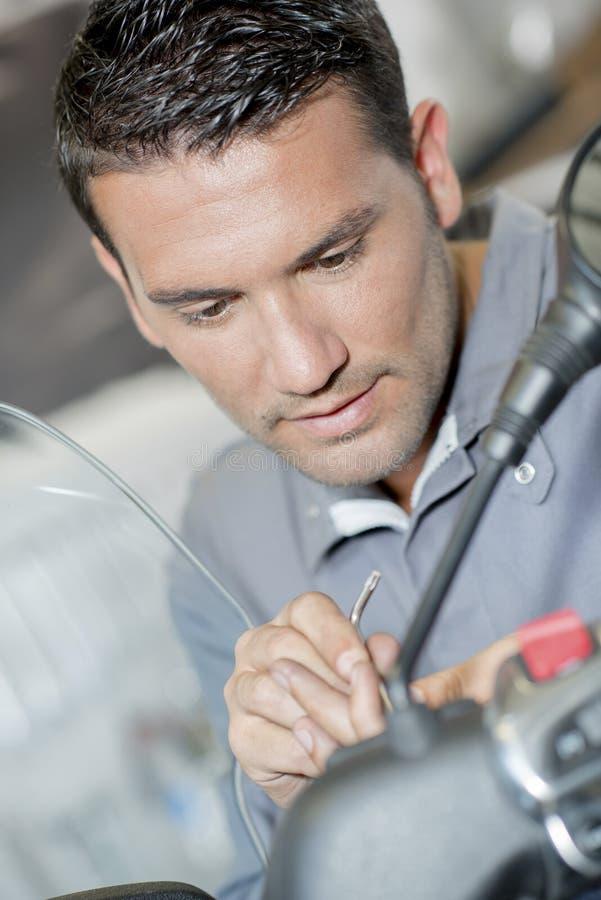 Mechanik pracuje na handlebars hulajnoga fotografia stock
