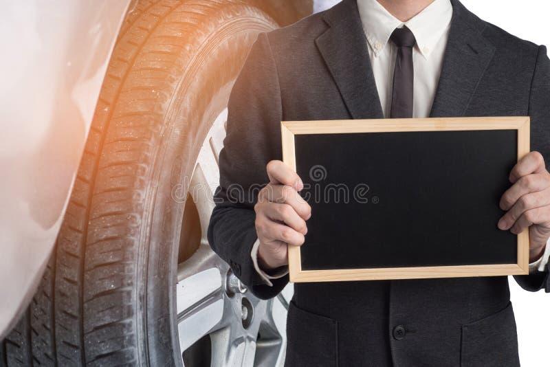 Mechanik ręka sprawdza łamanego samochód w garażu i załatwia Inspec fotografia stock