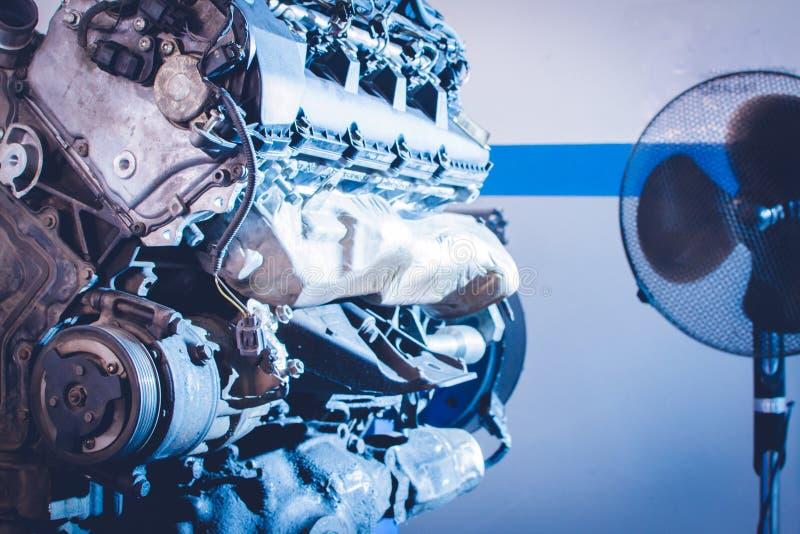 Mechanik ręki dociskają dokrętki z wyrwaniem podczas gdy naprawiający silnika zdjęcia royalty free