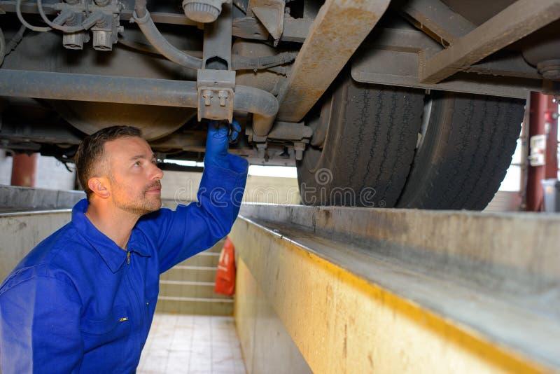 Mechanik robi gruntownej inspekci zdjęcie stock