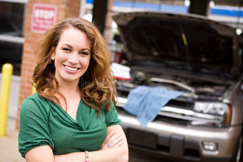 Mechanik: Rozochocony Auto sklepu klient zdjęcia stock