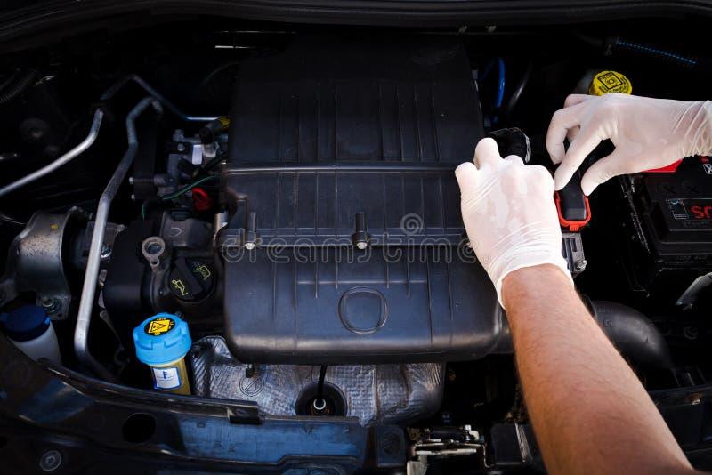 Mechanik sprawdza auto elektroniczną kontrolną jednostkę zdjęcie stock