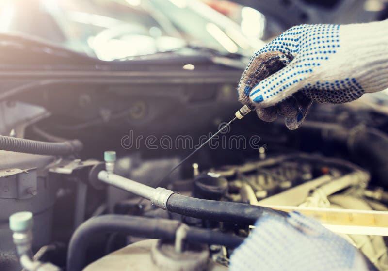 Mechanik sprawdza motorowego nafcianego poziom z dipstick obrazy royalty free