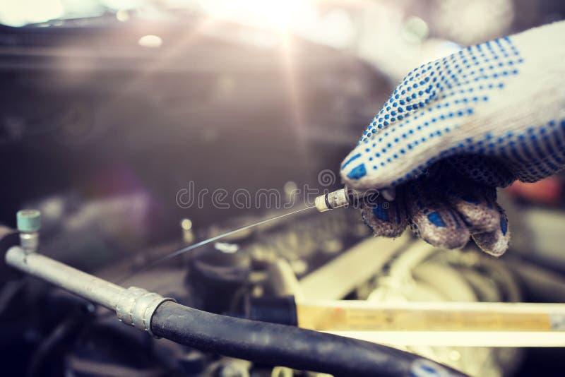 Mechanik sprawdza motorowego nafcianego poziom z dipstick zdjęcie royalty free
