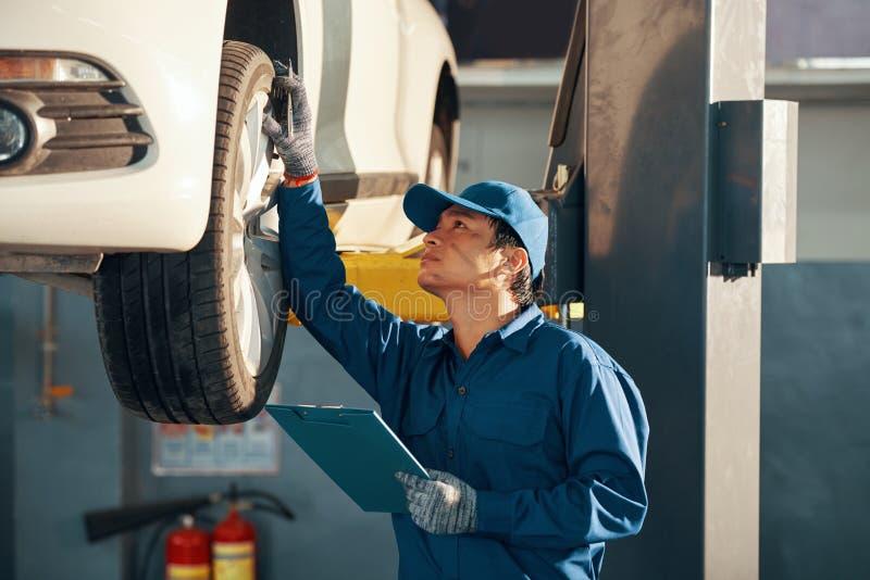 Mechanik sprawdza samochód zdjęcia stock