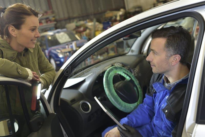 Mechanik sprawdza samochód w garażu fotografia stock