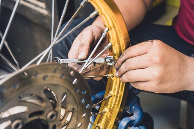 Mechanik używa wyrwania i nasadki dostosowanie motocyklu ri obrazy stock