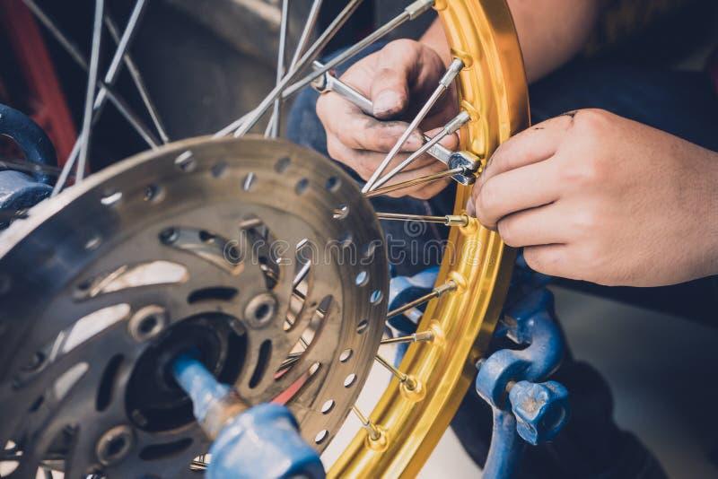 Mechanik używa wyrwania i nasadki dostosowanie motocyklu ri zdjęcie stock
