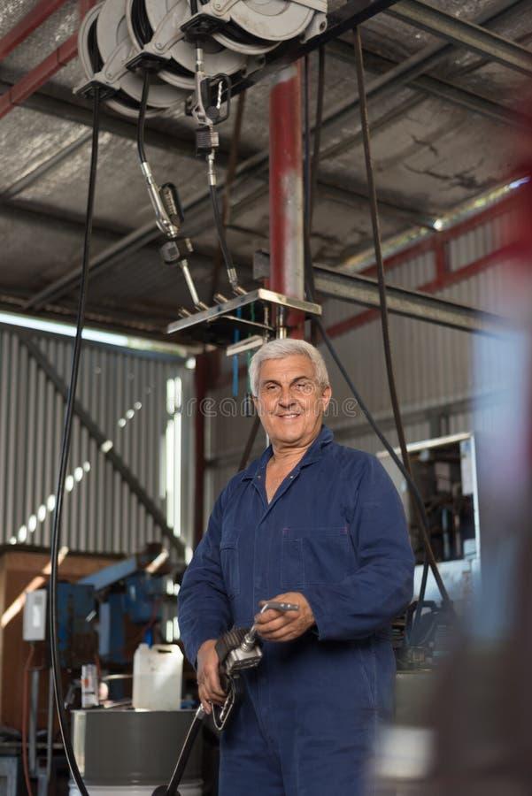 Mechanik w automobilowym warsztacie obraz stock