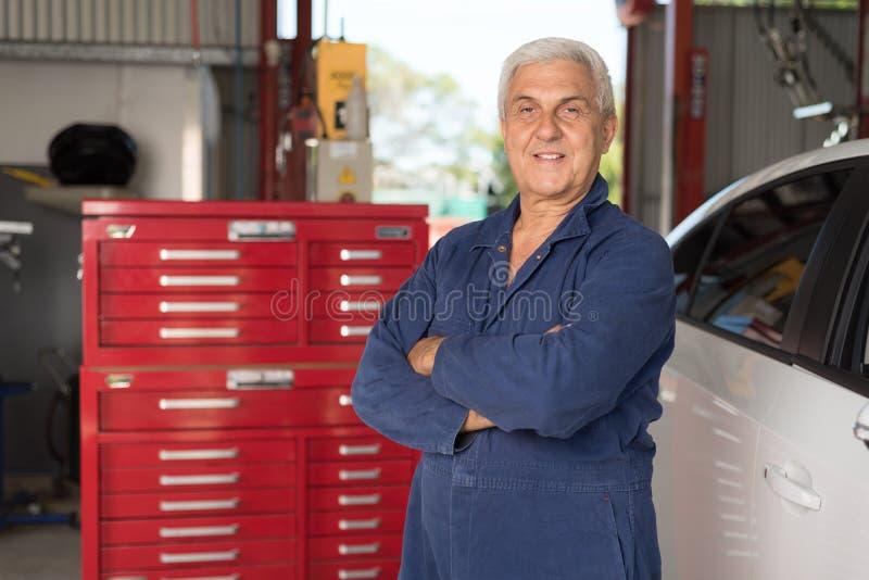 Mechanik w automobilowym warsztacie obrazy royalty free