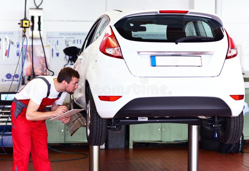 Mechanik w samochodowym remontowym sklepie - diagnoza i troubleshooting zdjęcie royalty free