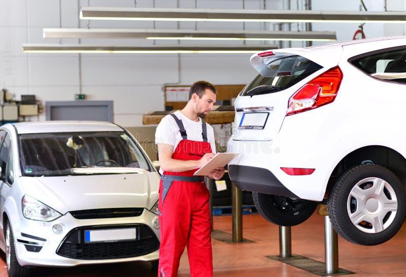 Mechanik w samochodowym remontowym sklepie - diagnoza i troubleshooting obrazy stock