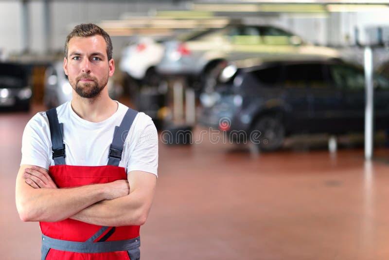 Mechanik w samochodowym remontowym sklepie - diagnoza i troubleshooting zdjęcie stock