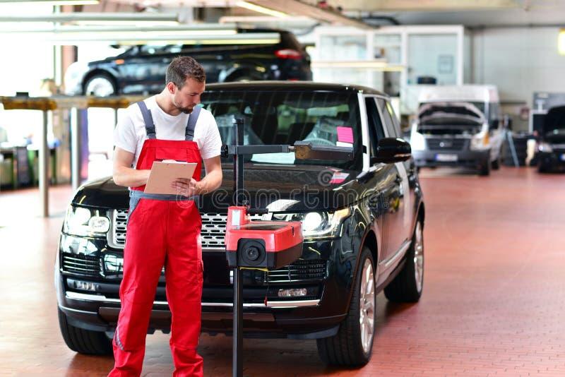 Mechanik w samochodowym remontowym sklepie - diagnoza i troubleshooting obraz stock
