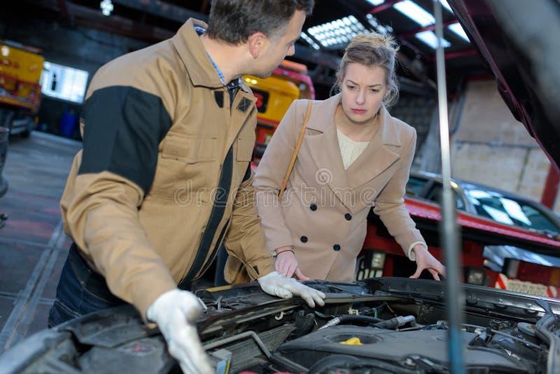 Mechanik wyjaśnia klienta problemu samochód zdjęcie royalty free