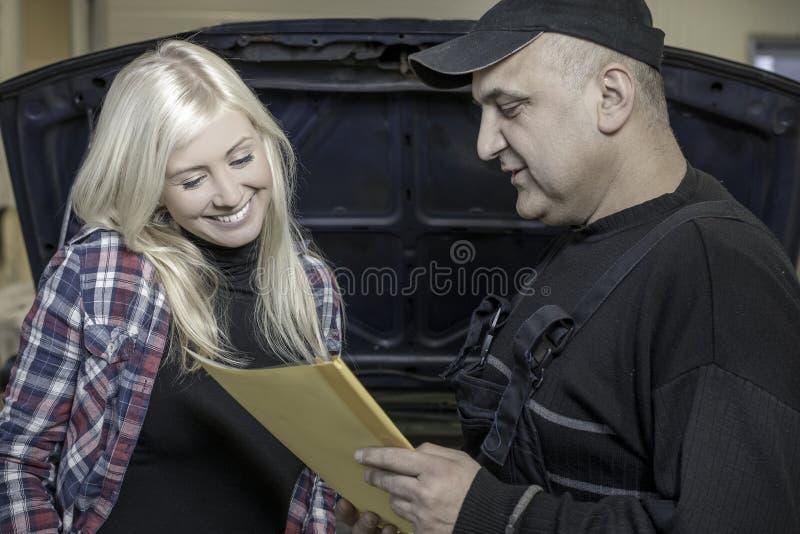 Mechanik wyjaśnia naprawę zdjęcie stock