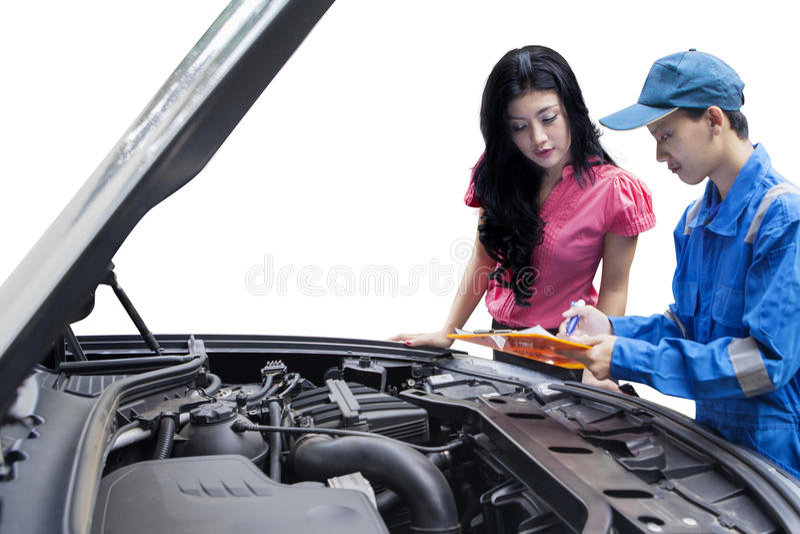Mechanik wyjaśnia samochodowych problemy na jego kliencie fotografia royalty free
