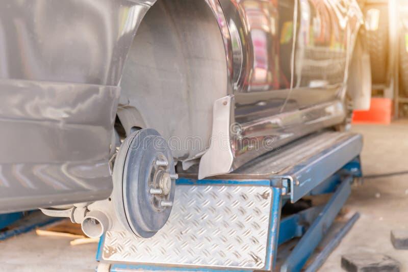 Mechanik załatwia koła wyrównania przyrząd na samochodowym kole nowy opony zastępstwo zdjęcia stock