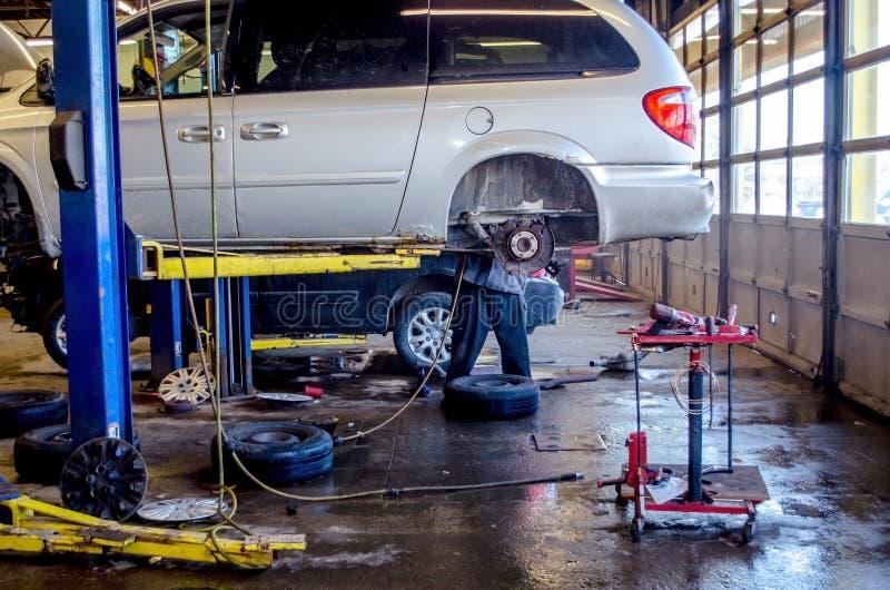 Mechanik załatwia samochód w garażu obrazy stock