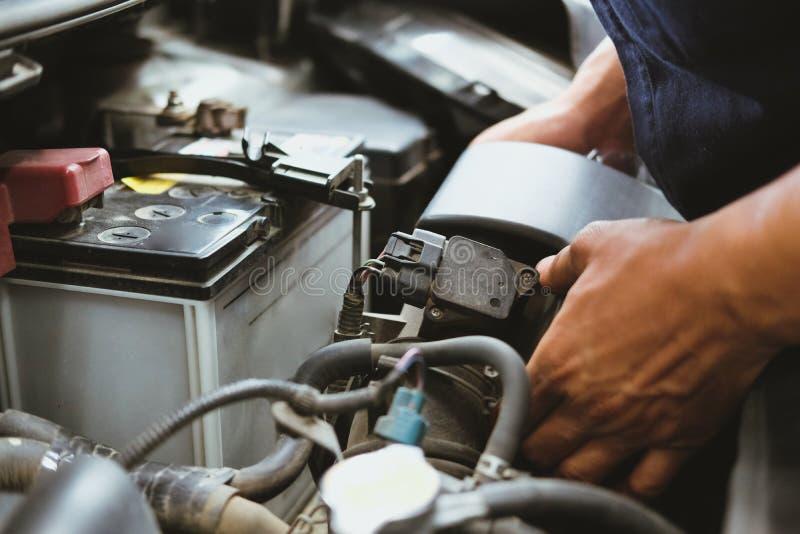 mechanik zmiany lotniczy filtr dla samochodu w samochód remontowej usłudze automobilowy dodatkowej części checkup w garażu zdjęcia stock