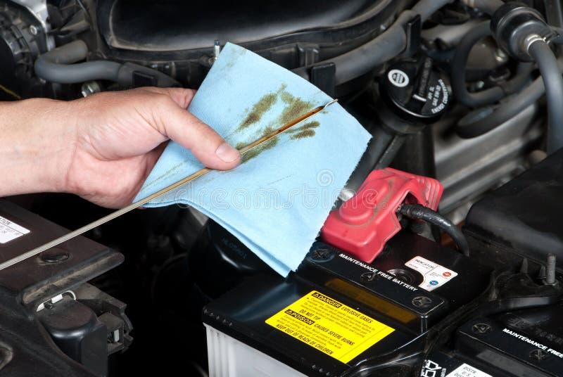 mechanika auto sprawdzać olej obrazy stock