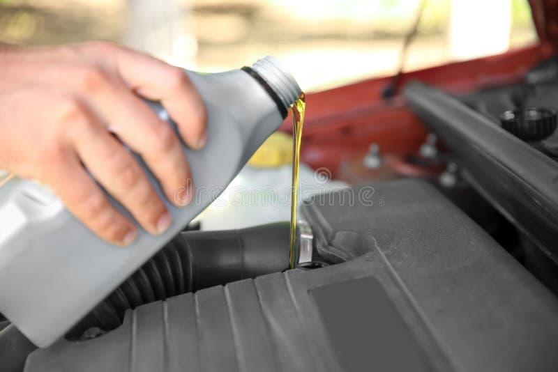 Mechanika dolewania olej w samochodowego silnika zdjęcie royalty free