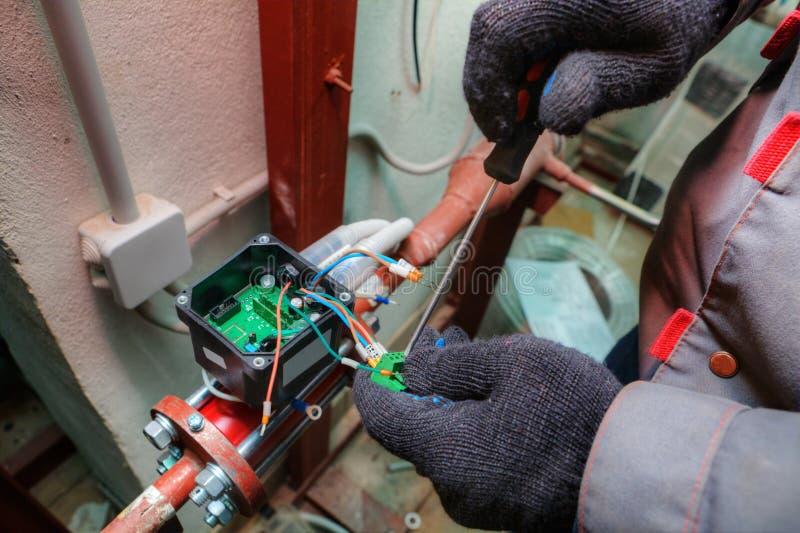 Mechanika inżynier instaluje wyposażenie dla środkowych ogrzewań obraz royalty free