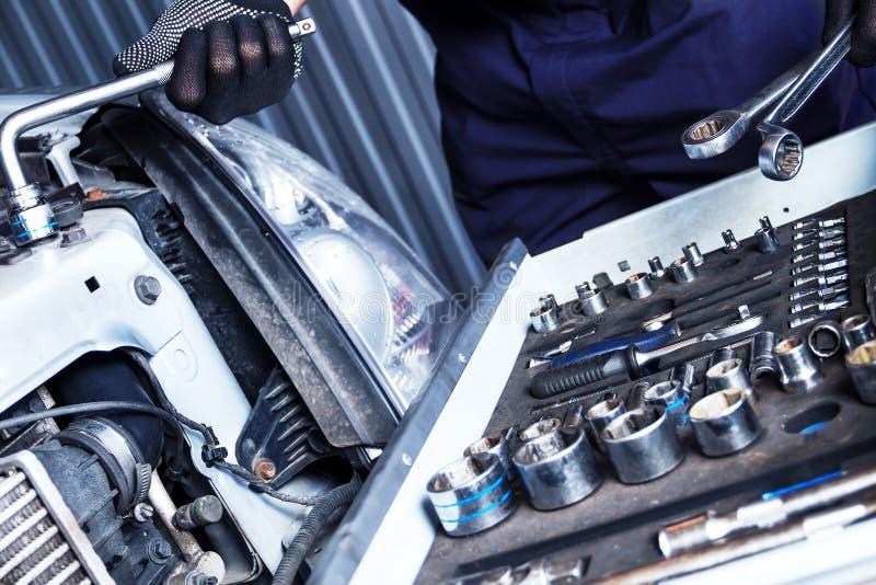 Mechanika inżyniera naprawy samochód przy samochodowym stacja obsługi obraz stock