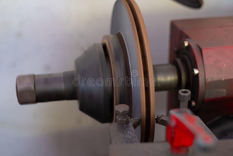Mechanika mężczyzny naprawiania hamulec obrazy stock