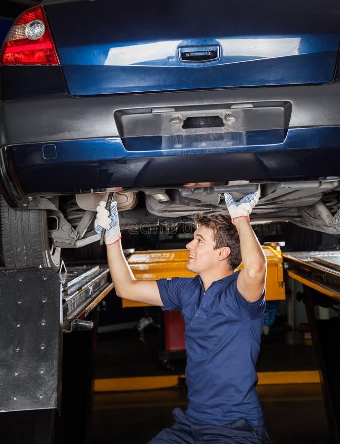 Mechanika naprawianie Podnosił samochód zdjęcia stock