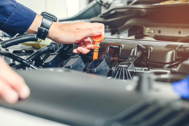 Mechanika odmieniania oleju mechanik w auto remontowej usługa obraz royalty free